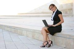 Geschäftsfrau in der Stadt Stockfotos