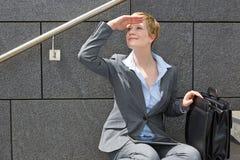 Geschäftsfrau in der Stadt, die Abstand untersucht Stockbild