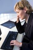 Geschäftsfrau an der Tastatur stockfoto