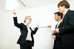Geschäftsfrau in der Verteidigung Lizenzfreie Stockfotos