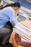 Geschäftsfrau in der Zelle mit Laptop Lizenzfreies Stockfoto