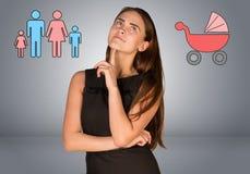 Geschäftsfrau, die über Buggy und Familie denkt Stockfotografie