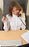 Geschäftsfrau, die über dem Telefon speeking ist Stockbilder