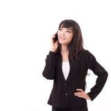 Geschäftsfrau, die über den Smartphone, oben schauend verwendet oder spricht Stockfotografie