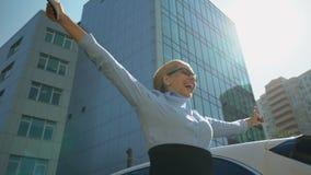 Geschäftsfrau, die über Förderung, Investition oder erfolgreichen Start overjoying ist stock video