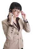 Geschäftsfrau, die über Handy spricht Stockfotografie