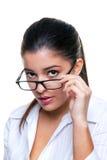 Geschäftsfrau, die über ihren Gläsern blickt Lizenzfreie Stockbilder