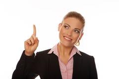 Geschäftsfrau, die über ihren Kopf zeigt Stockfoto
