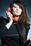 Geschäftsfrau, die über a mit Telefon spricht. Stockbild