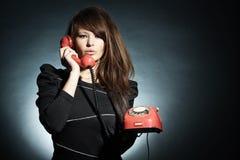 Geschäftsfrau, die über a mit Telefon spricht. Lizenzfreie Stockfotografie