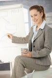 Geschäftsfrau, die über whiteboard sich darstellt Lizenzfreies Stockfoto