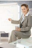Geschäftsfrau, die über whiteboard sich darstellt Stockfoto