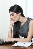 Geschäftsfrau, die überrascht schaut Lizenzfreie Stockfotografie