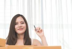 Geschäftsfrau, die Adresse für Kunden des elektronischen Geschäftsverkehrs notiert Lizenzfreies Stockbild
