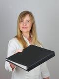 Geschäftsfrau, die Aktenfaltblatt überreicht Lizenzfreies Stockbild