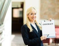 Geschäftsfrau, die anbietet, Vertrag zu unterzeichnen Lizenzfreies Stockbild