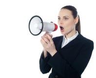 Geschäftsfrau, die Anweisungen mit Megaphon erteilt lizenzfreie stockbilder