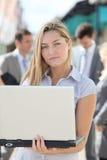 Geschäftsfrau, die außerhalb des Büros arbeitet Stockbild