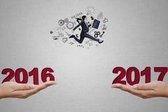 Geschäftsfrau, die auf Abstand mit 2017 springt Lizenzfreie Stockbilder