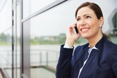 Geschäftsfrau, die an auf Anruf hört Stockbild