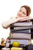 Geschäftsfrau, die auf Dateien schläft Stockbild