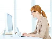 Geschäftsfrau, die auf dem Computer schreibt Lizenzfreie Stockfotografie