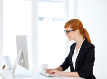 Geschäftsfrau, die auf dem Computer schreibt Lizenzfreie Stockfotos