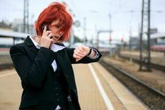 Geschäftsfrau, die auf den Zug wartet Stockfotos
