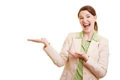 Geschäftsfrau, die auf die Seite zeigt Lizenzfreies Stockfoto