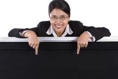 Geschäftsfrau, die auf die Tafel zeigt stockfoto