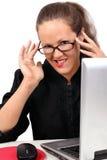 Geschäftsfrau, die auf einem Arbeitsplatz flirtet Lizenzfreies Stockbild