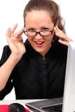 Geschäftsfrau, die auf einem Arbeitsplatz flirtet Lizenzfreies Stockfoto