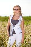 Geschäftsfrau, die auf einem Feld steht lizenzfreie stockfotos