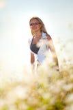 Geschäftsfrau, die auf einem Feld steht stockfotografie