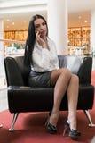 Geschäftsfrau, die auf einem Smartphone spricht Lizenzfreie Stockfotos
