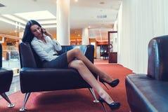 Geschäftsfrau, die auf einem Smartphone spricht Lizenzfreie Stockbilder