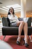 Geschäftsfrau, die auf einem Smartphone spricht Stockfotografie