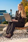 Geschäftsfrau, die auf einer Bank sitzt Stockfotos