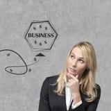 Geschäftsfrau, die auf Geschäftsikonen schaut Stockbild