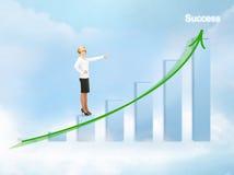 Geschäftsfrau, die auf großes Diagramm 3d zeigt Stockbild