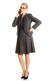 Geschäftsfrau, die auf ihrem Handy spricht Stockfotos