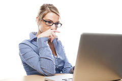 Geschäftsfrau, die auf ihren Laptop sich konzentriert Stockbild