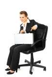 Geschäftsfrau, die auf Koffer in ihrer Hand zeigt Lizenzfreie Stockbilder
