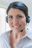 Geschäftsfrau, die auf Kopfhörer spricht Lizenzfreie Stockbilder