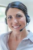 Geschäftsfrau, die auf Kopfhörer spricht Stockfotos