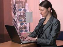 Geschäftsfrau, die auf Laptop schreibt lizenzfreie stockbilder