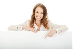 Geschäftsfrau, die auf leere Fahne zeigt Lizenzfreie Stockbilder