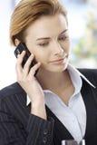 Geschäftsfrau, die auf Mobiltelefon spricht Lizenzfreies Stockfoto