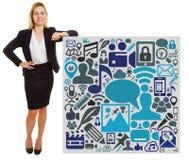 Geschäftsfrau, die auf Plakat mit Social Media-Ikonen sich lehnt Lizenzfreie Stockbilder