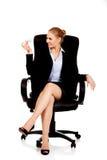 Geschäftsfrau, die auf Rollstuhl sitzt und Spielzeugfläche hält Lizenzfreie Stockfotos